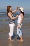 девушки играя лето моря Стоковые Фотографии RF