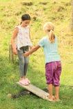 Девушки играя на качании Стоковая Фотография