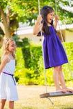 Девушки играя на качании Стоковые Изображения RF