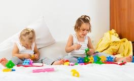 Девушки играя на кровати Стоковые Фотографии RF