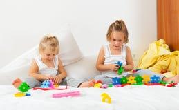 Девушки играя на кровати Стоковые Изображения