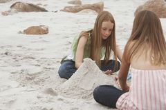 Девушки играя на пляже Стоковые Фотографии RF