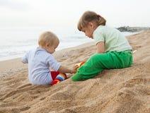 Девушки играя на пляже Стоковое фото RF