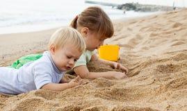 Девушки играя на пляже Стоковые Изображения