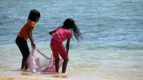 Девушки играя на пляже Стоковое Изображение