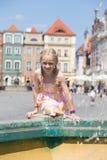 Девушки играя на фонтане Стоковые Изображения