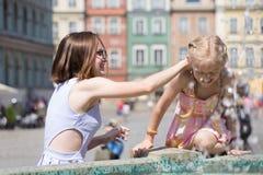 Девушки играя на фонтане Стоковые Изображения RF