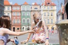 Девушки играя на фонтане Стоковое фото RF