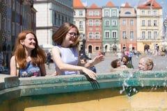 Девушки играя на фонтане Стоковое Изображение