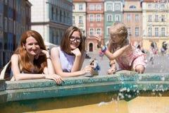 Девушки играя на фонтане Стоковая Фотография