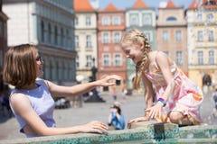 Девушки играя на фонтане Стоковые Фото