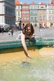 Девушки играя на фонтане Стоковое Изображение RF