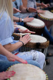 Девушки играя на этнических барабанчиках Стоковые Фото