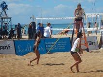 Девушки играя пляжный волейбол стоковые фото