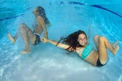 Девушки играя под водой Стоковое Изображение RF