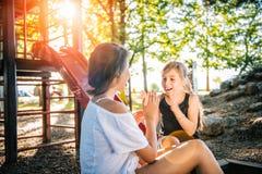 Девушки играя руку хлопая игра Стоковое фото RF