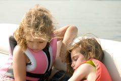 девушки играя сидя воду Стоковые Фотографии RF