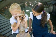 2 девушки играя с собакой Стоковое Изображение RF