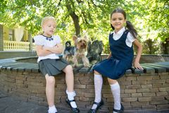 2 девушки играя с собакой Стоковые Фотографии RF