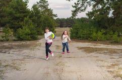 Девушки играя с шариком Стоковая Фотография