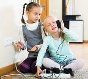 Девушки играя с электричеством Стоковое Изображение RF