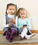 Девушки играя с smartphones Стоковое Изображение RF