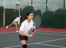 девушки играя теннис стоковое изображение rf