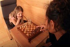 Девушки играя шахмат - подготавливайте для того чтобы двинуть Стоковое Изображение