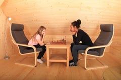 Девушки играя шахмат Стоковые Фото