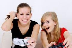 девушки играя playstation подростковое Стоковые Изображения