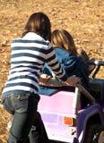 девушки играя teenaged детенышей Стоковое фото RF