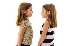 Девушки идентичного близнца смотрят один другого и усмехаться Стоковые Фото