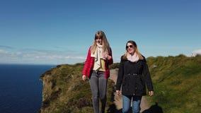 2 девушки идут вдоль края известных скал Moher видеоматериал