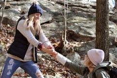 Девушки идя в лес осени в горах Пеший туризм и путешествовать Стоковые Изображения RF