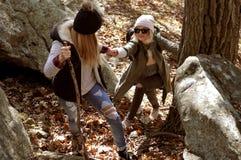 Девушки идя в лес осени в горах Пеший туризм и путешествовать Стоковое фото RF