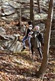 Девушки идя в лес осени в горах Пеший туризм и путешествовать Стоковые Фотографии RF