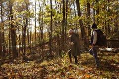 Девушки идя в лес осени в горах Пеший туризм и путешествовать Стоковое Изображение