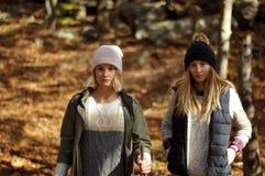 Девушки идя в лес осени в горах Пеший туризм и путешествовать Стоковые Фото