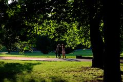 2 девушки идя в парк Стоковое Изображение RF