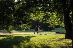 2 девушки идя в парк Стоковое Изображение