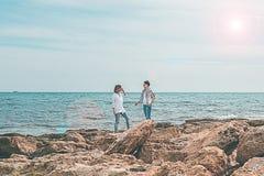 2 девушки идя морем Стоковое Изображение