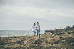 2 девушки идя морем Стоковые Изображения