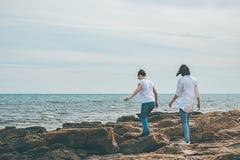 2 девушки идя морем Стоковое фото RF