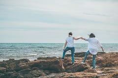 2 девушки идя морем Стоковые Фотографии RF