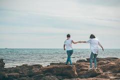 2 девушки идя морем Стоковое Фото