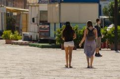 девушки идя на гавань Стоковые Фото