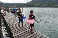 Девушки идя на пристань на Ao Yai на Таиланде Стоковая Фотография