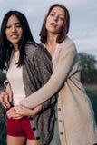 2 девушки идя совместно outdoors Стоковое Фото