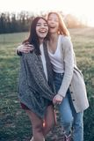 2 девушки идя outdoors на вечер Стоковые Фотографии RF