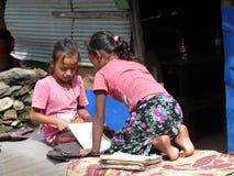 Девушки изучая в деревне Tharanche - Непале Стоковое Изображение RF